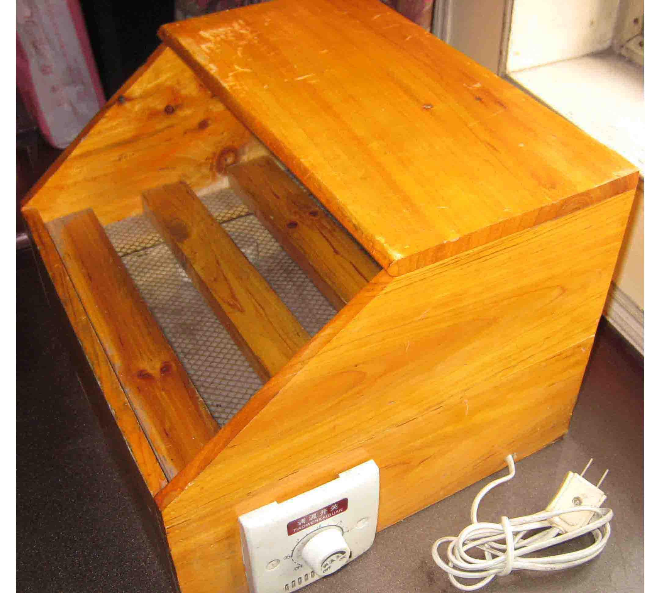 迷你型电脑取暖器是当今适用性较高的商品之一,居家必备。本取暖器采用实木制作,外观大方漂亮。配合专用小包被使用,效果尤其好,取暖保温烘烤均宜。功率为30W~300W可调,耗电量极低,采用电热丝发热。直接对脚进行取暖。比用空调取暖实在得多。联系电话:13861175606 价格:80 [