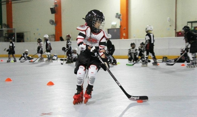 儿童轮滑曲棍球