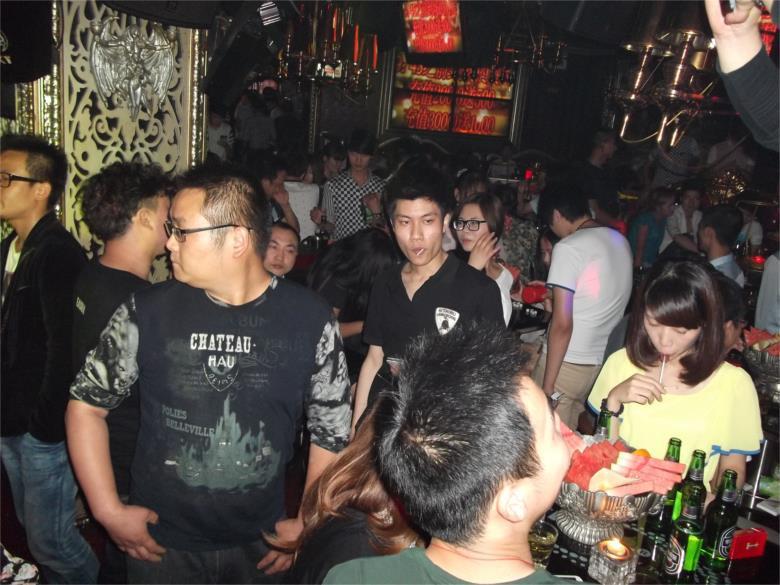 酒吧是完全不同的 整点的时候有很多表演