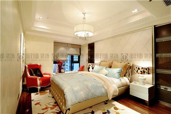 欧式韵味十足的罗马柱;沙发背景利用墙纸