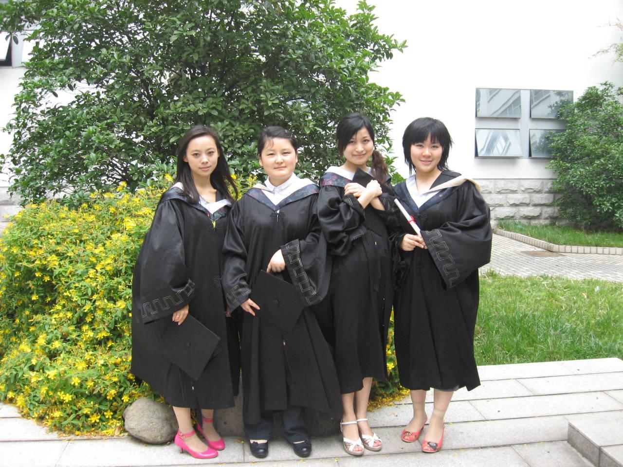 花花的毕业贴--学士服照片在26l