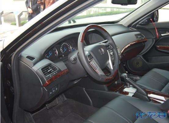歌诗图(Crosstour)采用了全新设计的带复位弹簧的高置双横臂式前悬架,以及多连杆后悬架,保证了驾乘舒适性并提高了响应度;Honda首次采用的油压设置变化和节气门控制技术,增强了稳定性和操控感;轿跑型换档拨片系统的运用,为歌诗图(Crosstour)带来了随心所欲的精准操控。 豪华轿车的宽大空间和舒适性