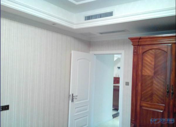 如果原有墙面刷的是涂料,想对墙面进行翻新,是否直接在上面铺贴壁纸就行了呢?针对这个问题,专家表示,如果是老房墙面,需要进行一些判断了。如果原有的涂料比较紧实,没有脱落,则可以直接在上面刷基膜(贴壁纸必备材料,可坚固墙面、增加壁纸附着力,拆除时可保护墙面),直接铺贴壁纸。但如果原有涂料不稳定,则需要铲除原有基底。   怎么确定是否需要铲除原有涂料呢?
