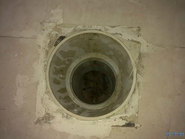 发现马桶下水管套了个管子