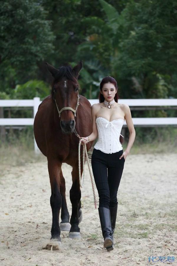 真拍马年挂历写真 化身骑师与骏马翩翩起舞。