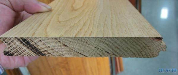 实木地板和种类很多:实木复合的,实木贴皮的,实木印花的和纯实木地板都可以称为实木地板。如果想买到真正的实木地板,就必须选纯实木地板,有个最简单的方法,看地板的切面木纹理是不是清晰连续,是不是和表面的木纹吻合。按照地板的加工过程,地板颜色越淡,纹理越清晰的质量越好。以上本人装修前跑了不少市场的结论。仅供参考。 另外,按照楼主所说的每平方220元的价格肯定是买不到橡木纯实木地板的,除非是非标准板(短板或狭窄板)。