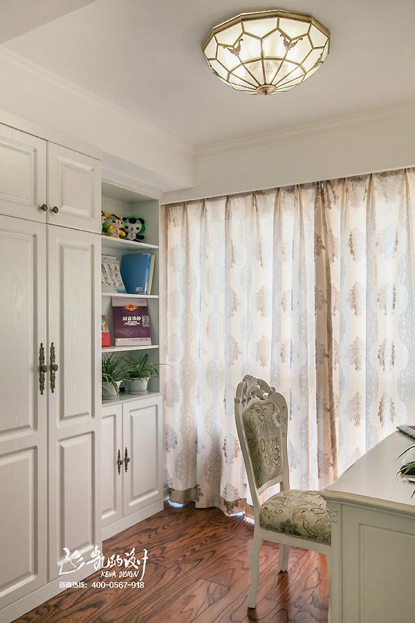 卧室里浅粉色墙布,营造出温问尔雅的氛围,每个女人心里都有一点小